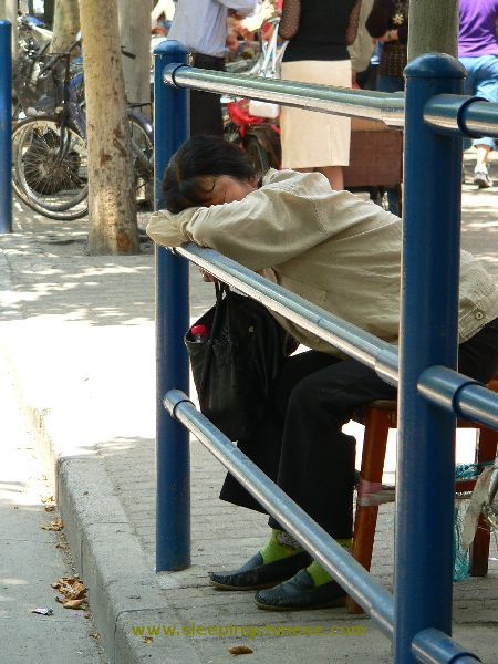 chinese_people_will_sleep_anywhere_640_42